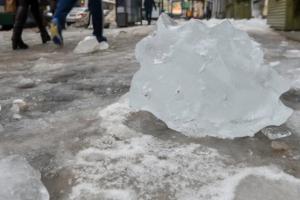 ЧП в Конотопе: ледяная глыба упала на прохожих
