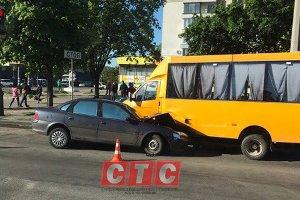ДТП с маршруткой парализовало движение на Харьковской