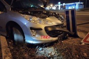 ДТП на пр. Лушпы возле «Лавины»: автомобиль Peugeot снес дорожный знак