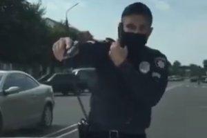 В Путивле полицейский угрожал женщинам табельным оружием;  полиция начала служебное расследование
