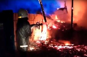 В Конотопском районе пожарные спасли женщину и двух маленьких детей из горящего дома