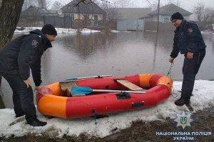 В Ахтырке полицейские помогают справиться с последствиями наводнения