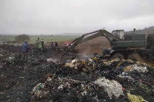 В Ромнах уже трое суток горит мусорный полигон
