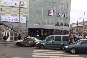 В Сумах ДТП возле универмага «Киев»: столкнулось 4 автомобиля