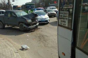 В Сумах возле «Мануфактуры» джип врезался в маршрутку №60