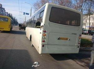 В Сумах грузовик,  перевозивший арматуру,  повредил коммунальный автобус