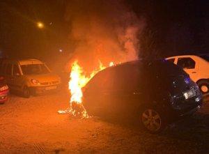 В Сумах во дворе многоэтажки на проспекте Лушпы подожгли автомобиль