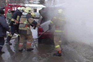 В Сумах на ул. Кондратьева загорелся автомобиль