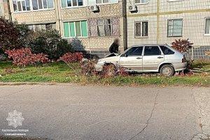 В Сумах ВАЗ врезался в маршрутку,  а затем в дерево: водителю стало плохо за рулем