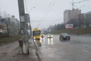 В сумском троллейбусе из-за резкого торможения разбилась стеклянная дверная перегородка