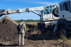 Пограничники Сумщины копают ров на границе с Россией