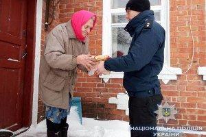 На Сумщине полицейские помогали одиноким пенсионерам