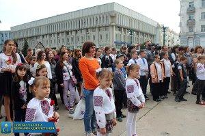 В Сумах прошел парад близнецов и двойняшек,  посвященный Дню семьи и Дню матери