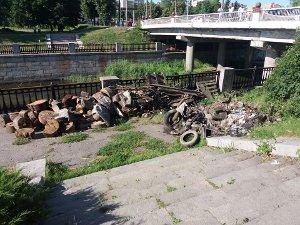 В Сумах «Зеленстрой» чистит русла рек от мусора