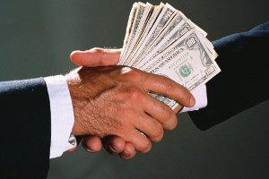 В Сумах на передаче взятки в 5000 долларов поймали посредницуa