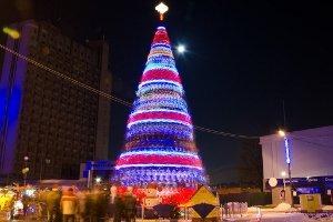В Сумах уже начали устанавливать новогоднюю елку