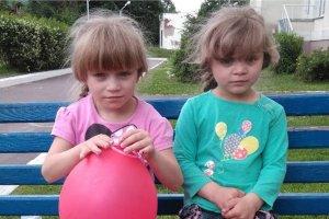 Двум сестричкам из Конотопа ищут приемных родителей